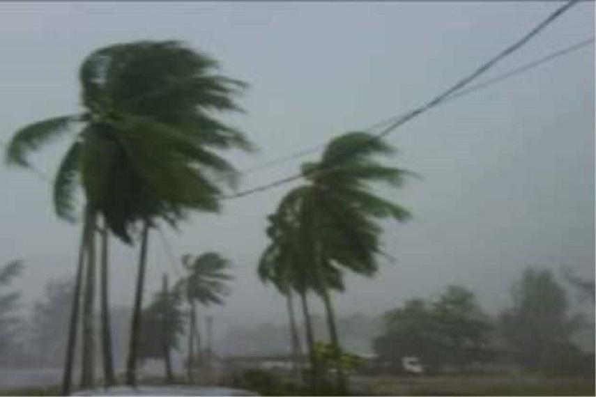 पश्चिम बंगाल के नॉर्थ 24 परगना में तेज हवाएं और बारिश हो रही है।