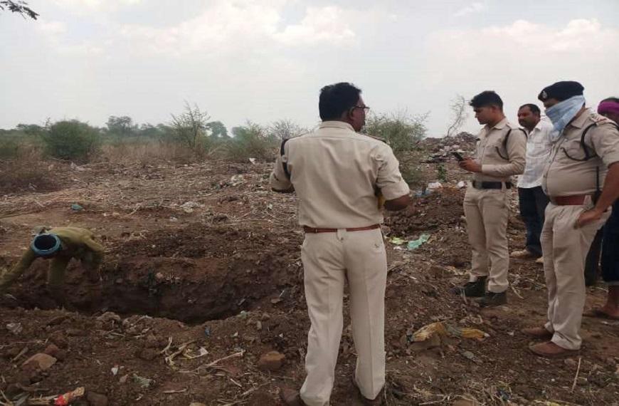 पुलिस ने शव का पोस्टमार्टम नहीं कराया और दोबारा दफन करा दिया है।