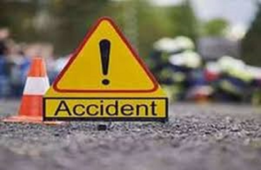 अयोध्या से लखनऊ जा रहे एक तेज रफ्तार कार  ने उनकी बाइक में टक्कर मार दी।