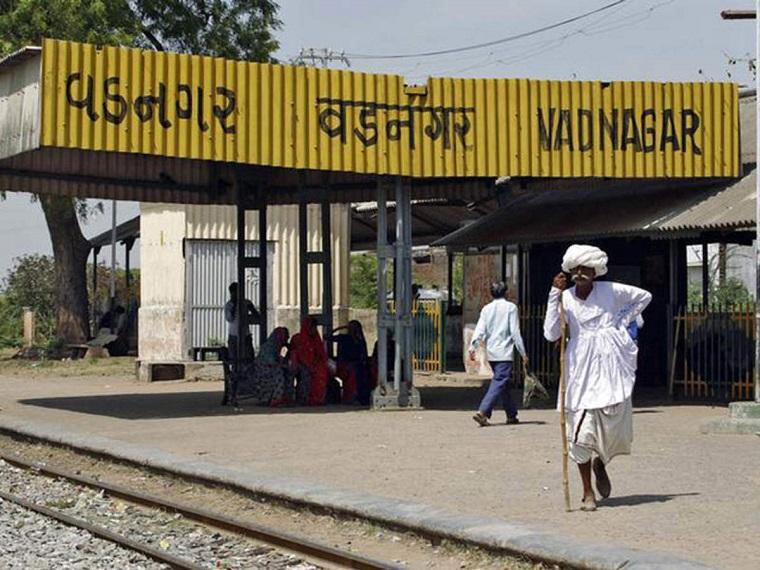 वडनगर रेलवे स्टेशन के अंदर प्रधानमंत्री मोदी के पिता दामोदरदास मोदी की चाय की दुकान थी।