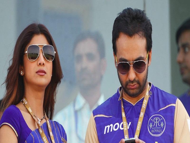 बिजनेस डील्स भी राज इसी ग्रुप पर डिस्कशन के बाद फाइनल करते थे।
