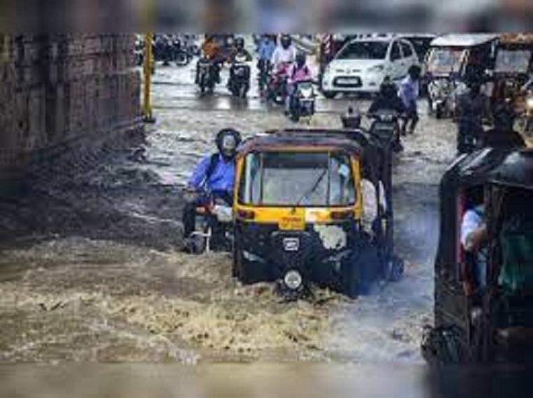 मैनपुरी में तेज हवा और बारिश से कई बिजली के खंभे धराशायी हो गए।